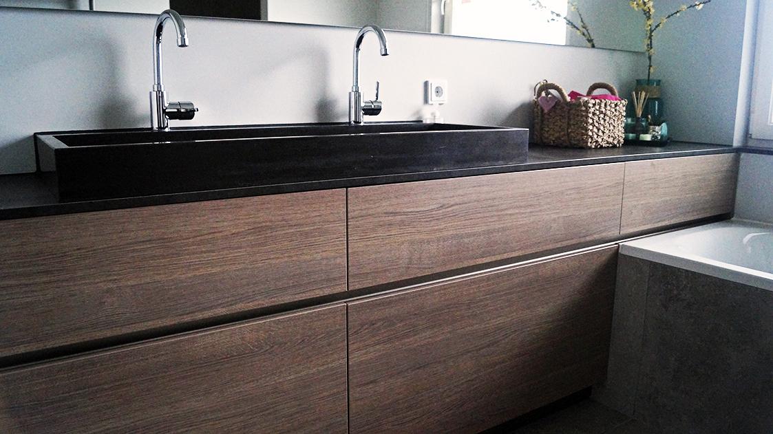 Greeploos badkamermeubel met een hardstenen bak
