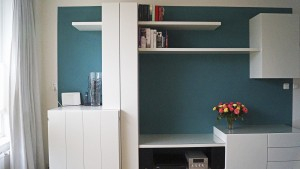 kasten en schappen in het wit tegen blauwe muur.