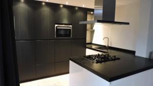 keuken-wit-met-zwarte-elementen-web
