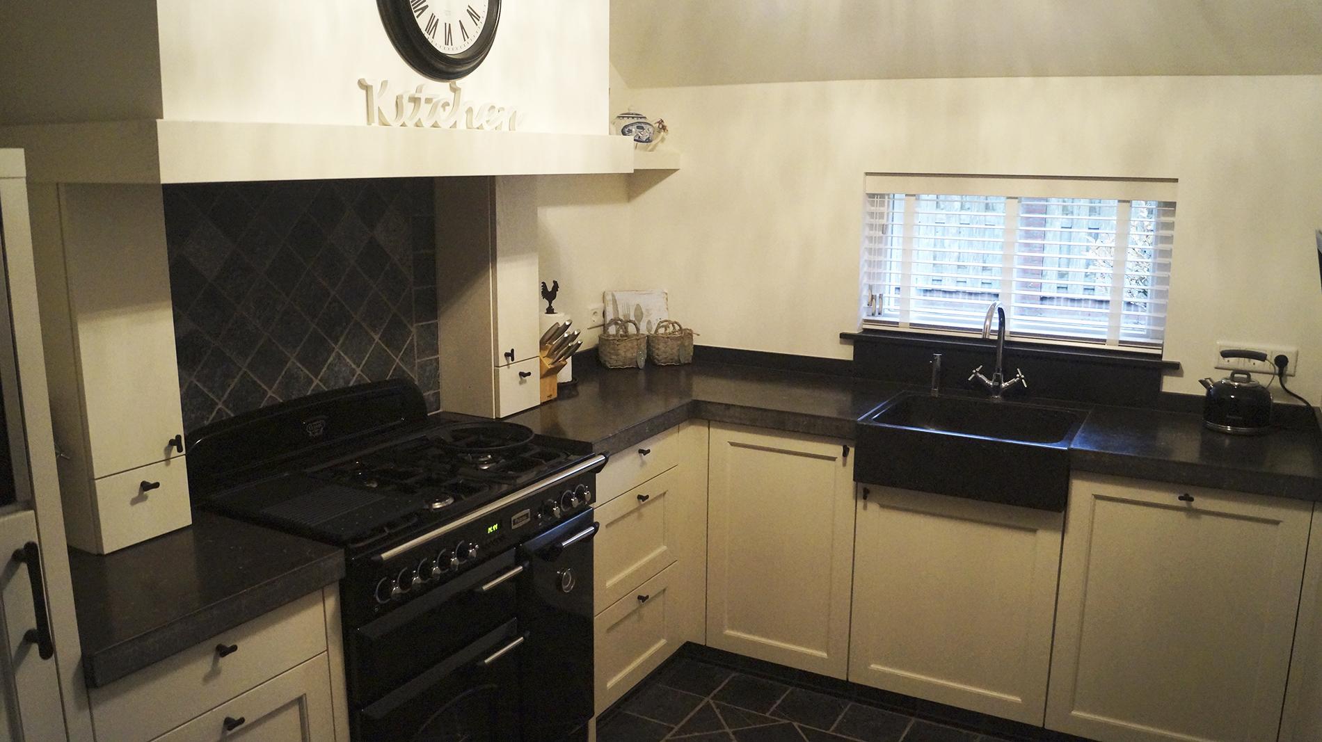 keuken met een massief hardstenen werkblad landelijke witte keuken ...