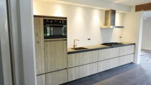 lichte-moderne-keuken-van-doren-maatinterieurs-nederweert-zijkant-web
