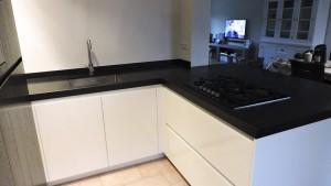 moderne-keuken-zwart-kookplaat-web