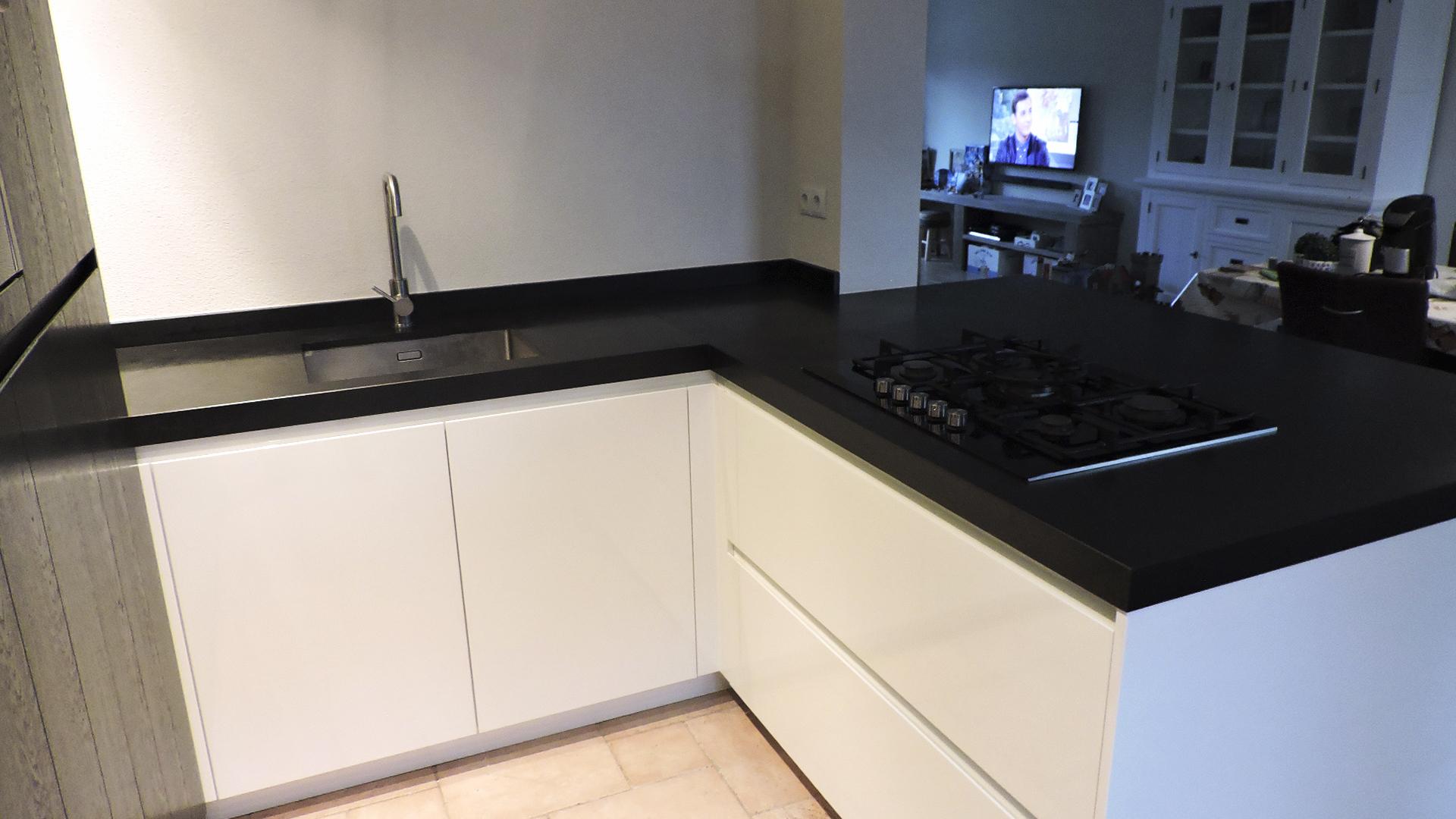 Moderne Greeploze Keuken : Moderne greeploze keuken donkergrijs met wit van doren