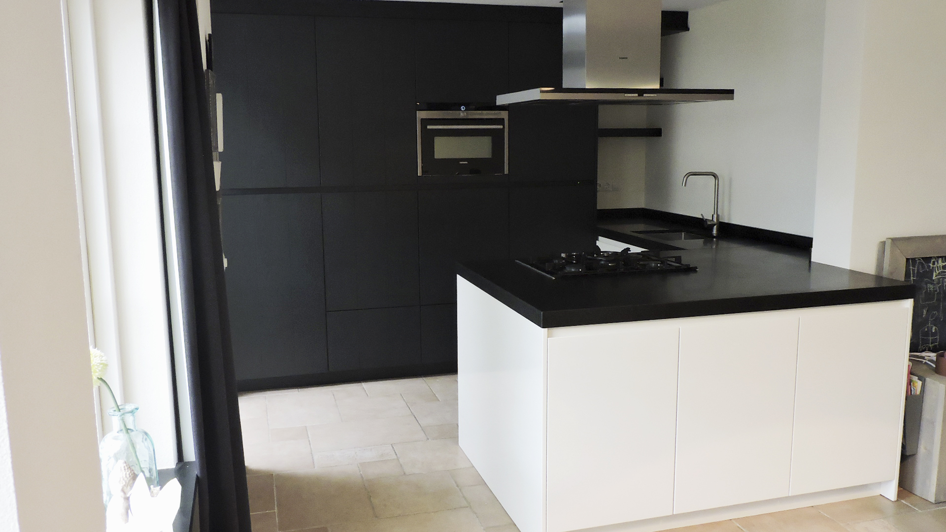 Moderne greeploze keuken donkergrijs met wit van doren maatinterieurs - Moderne designkeuken ...