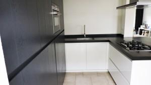 moderne-keuken-zwart-wit-strak-van-doren-maatinterieurs-nederweert (4)
