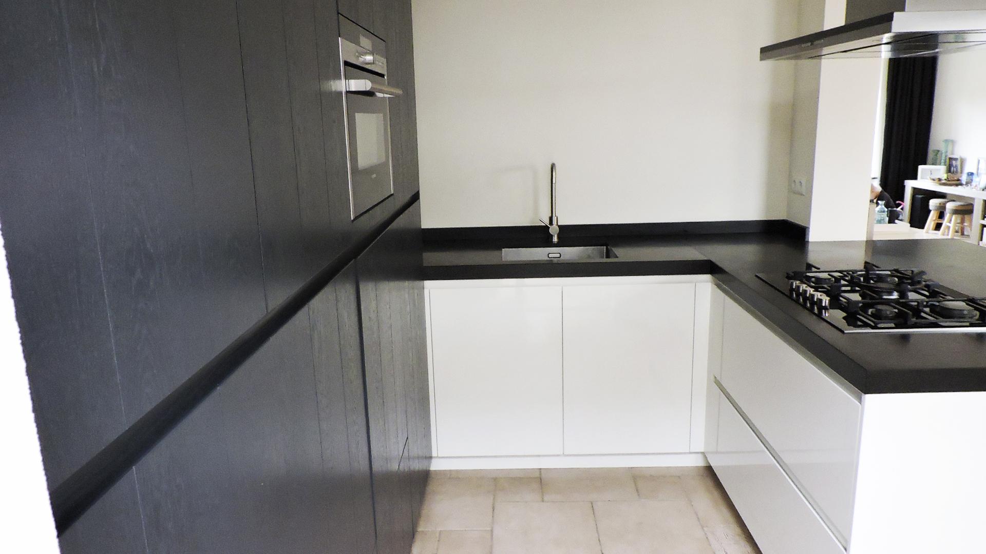 Strakke Zwarte Keuken : Moderne greeploze keuken donkergrijs met wit van doren