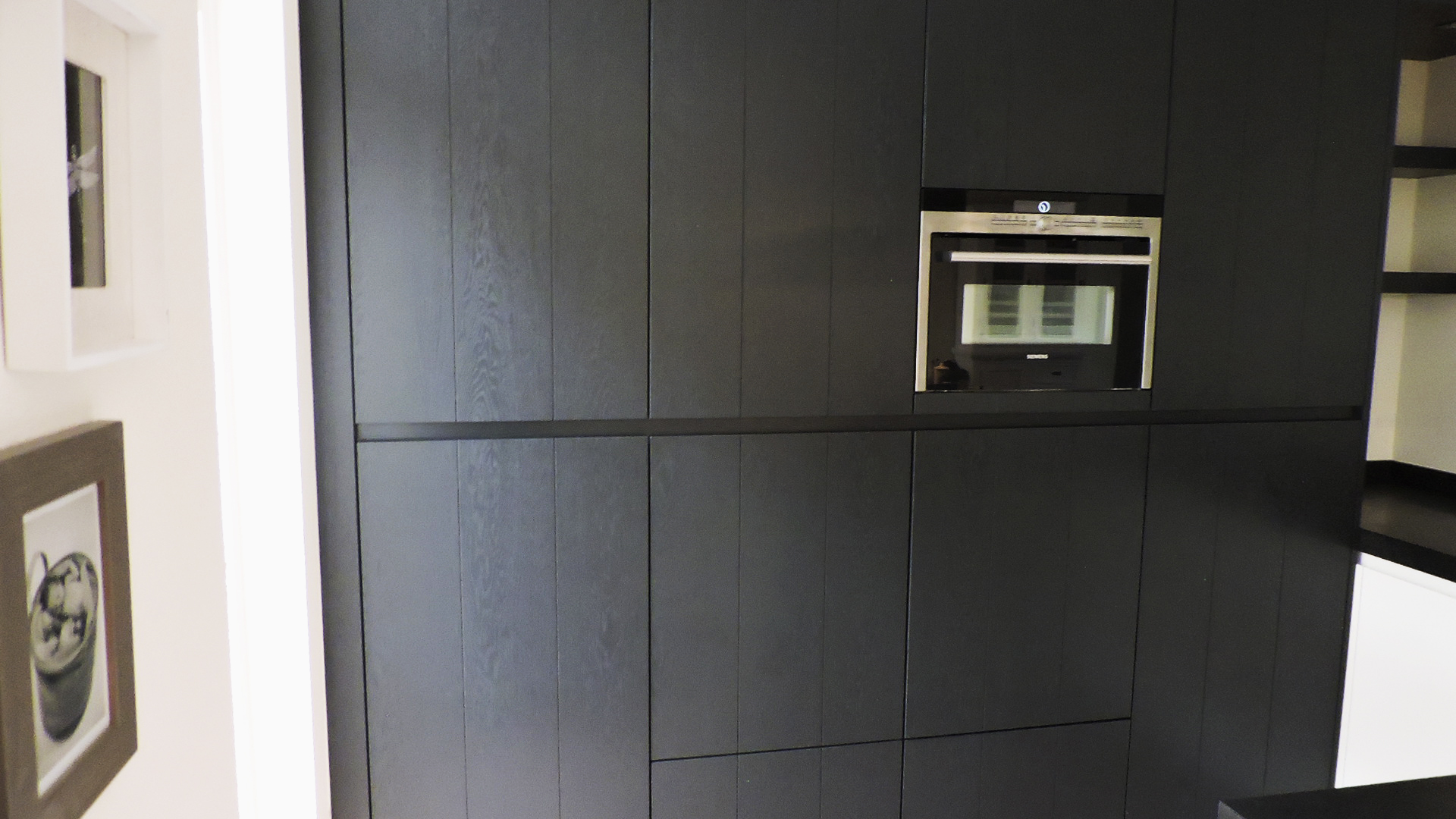 Moderne greeploze keuken donkergrijs met wit van doren
