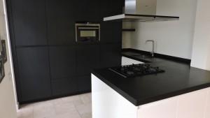 moderne-keuken-zwart-wit-strak-van-doren-maatinterieurs-nederweert (6)