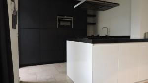 moderne-keuken-zwart-wit-strak-van-doren-maatinterieurs-nederweert (7)