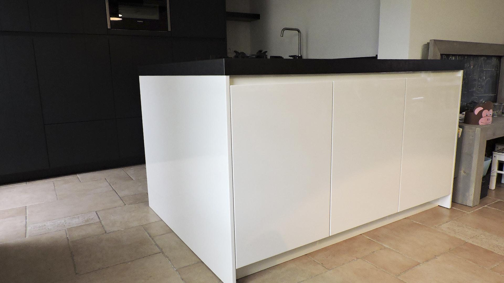 Strakke Zwarte Keuken : Moderne greeploze keuken donkergrijs met wit van doren maatinterieurs