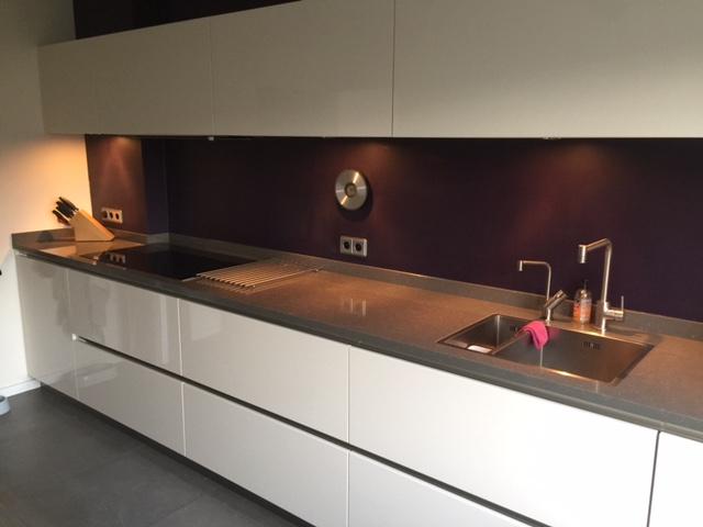 Moderne strakke greeploze keuken van doren maatinterieurs - Eilandjes van keuken ...