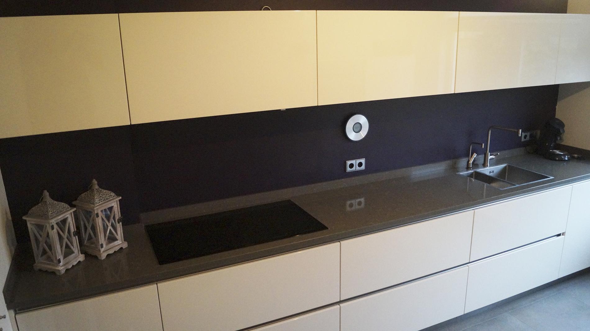 Moderne strakke greeploze keuken van doren maatinterieurs - Deco keuken grise ...