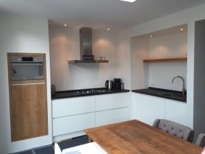 Greeploze keuken met houtelementen maatwerk