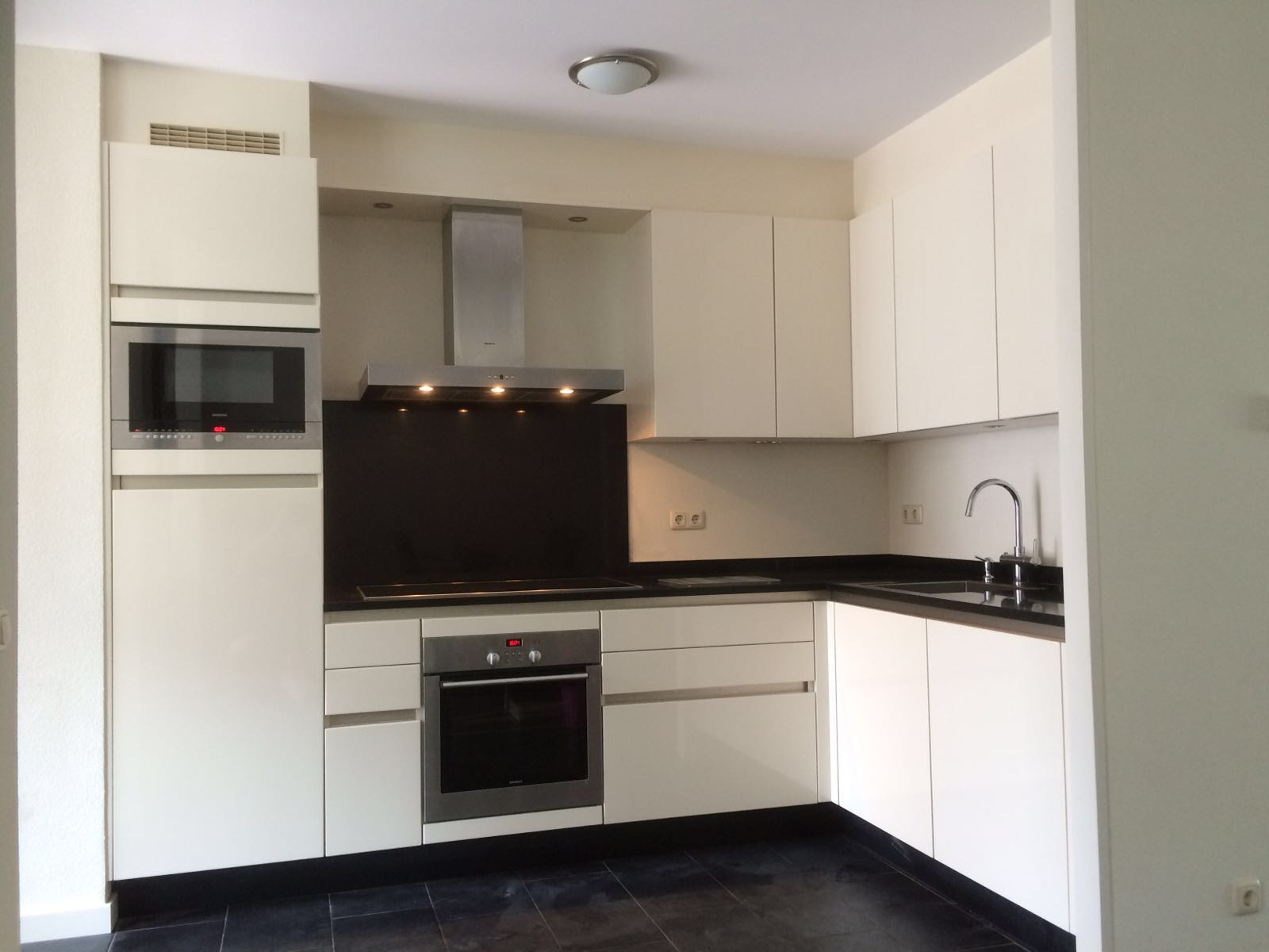 Moderne witte keuken omgeving weert