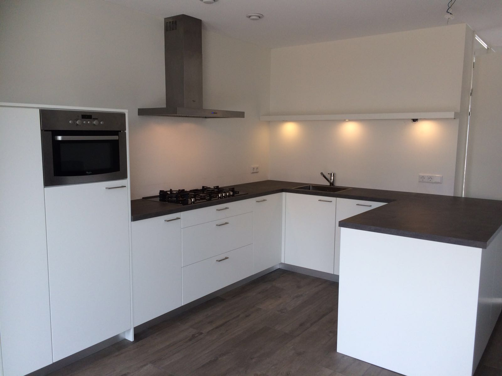 Strakke keuken wit van doren maatinterieurs - Witte keuken voorzien van gelakt ...