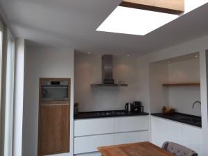 Witte keuken zonder grepen met houtelementen